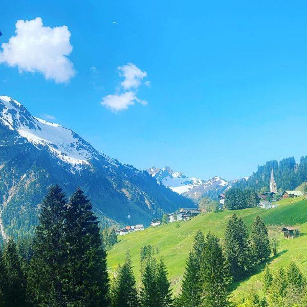 #mittelberg #kleinwalsertal #skigebiet #kirche #bäume #Tal #landscapephotography #landschaftsfotografie #urlaub #urlaubsgebiet #foto #sky #hinmel ...