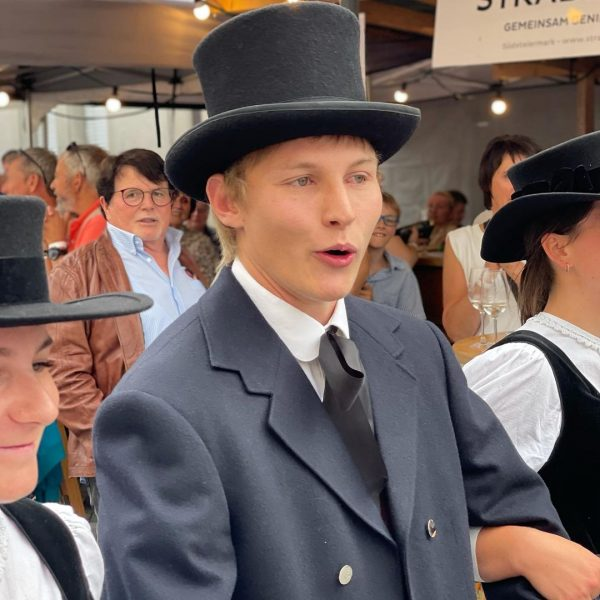 """Großer """"Trachtenbahnhof"""" beim Weinfest in Hohenems. Dabei wurde auch die Emser Tracht wieder ..."""