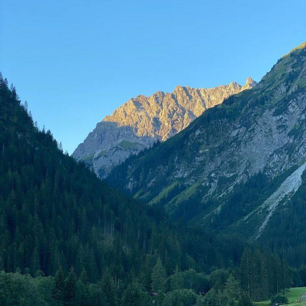 #mountain #berge #sonne #sonnenuntergang☀️ #sunsetphotography #sunset #tal #kleinwalsertal #mittelberg #österreich #wald #spazieren #abend ...