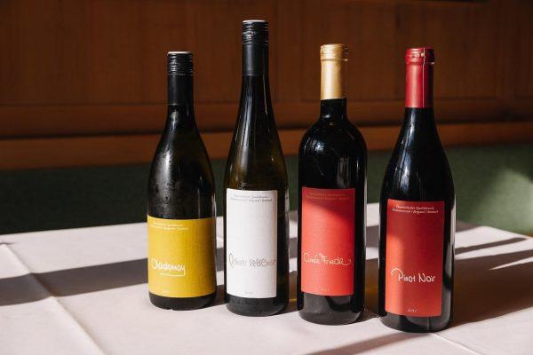 Mitbringsel für die Daheimgebliebenen. Wein von unserem eigenen Weinbau aus Retz in Niederösterreich. ...
