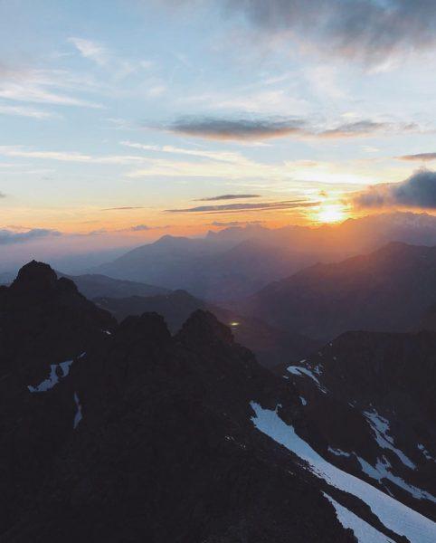Sonnenaufgang auf den Bergen!! Schon mal live erlebt? #hotelbradabella #sommerurlaub2021 #sonnenaufgangswanderung #viverelalba #natura ...