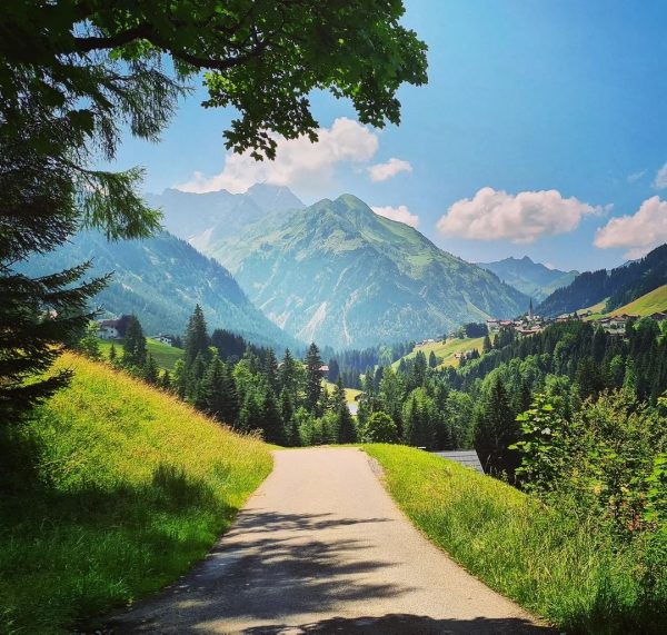 Mittelberg Een mooie zonnige dag. Alle gasten kunnen weer genieten. Wandelen, biken, zonnen, ...