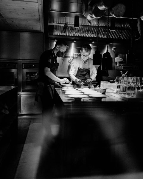 Watch the magic unfold🖤 Pic by @tabeamagdalena #rotewandchefstable #rotewandgourmethotel #restaurantam #food #alpinecuisine #chefstable ...