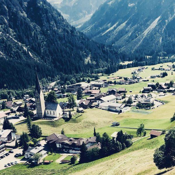 Wunderschönes Mittelberg! #mittelberg #sonne #kleinwalsertal #sporthilbrand #zaferna #berge #tal #sessellift #luftaufnahme #homebase #allgäueralpen ...