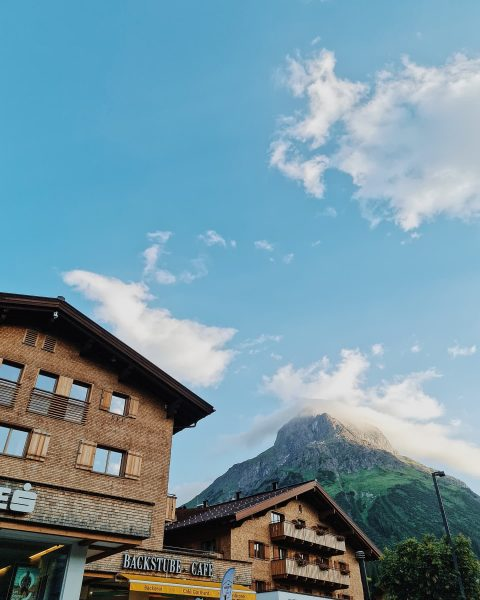 Omeshorn mit Wolkenhaube. 🏔 🇬🇧Omeshorn with a hat.🏔 #lechzuers #arlberg #lechamarlberg #hotelgotthardlech #visitvorarlberg ...