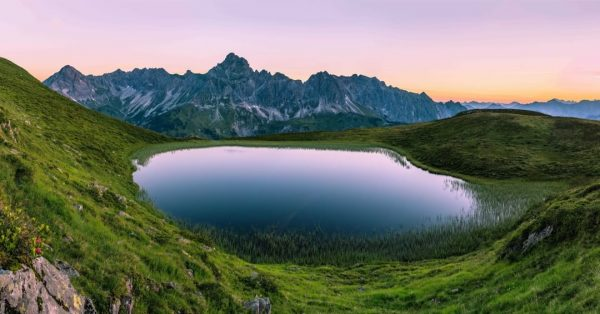 Are you Team sunrise or sunset walks? ☀️⛰ 📍Golmer See with a view ...