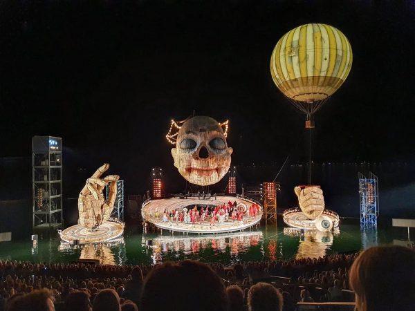 Heute ist es soweit, die @bregenzerfestspiele wurden offiziell eröffnet und Rigoletto feiert morgen Wiederaufnahmen Premiere 🤡. Was...