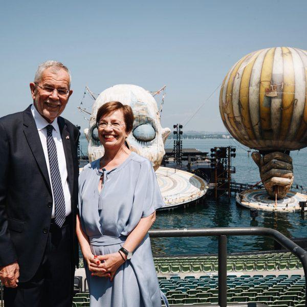 Die weltberühmte Seebühne zeigt sich zur Eröffnung der @bregenzerfestspiele von ihrer schönsten Seite! Das Festival am Bodensee...