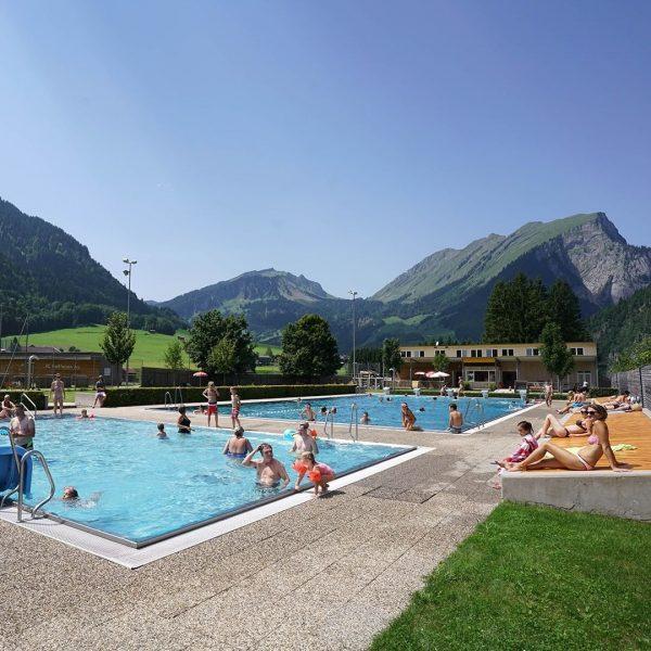 Ab ins kühle Nass! Zum Beispiel ins Schwimmbad @auschoppernau 🙌🏊. Direkt am Radweg ...