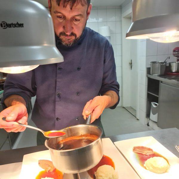 The chef in action........ 🍽🍗👍🏻❤😊😋🤩 . . . #lech #lechamarlberg #hubertus_lech #hubertuslech #hotellech ...