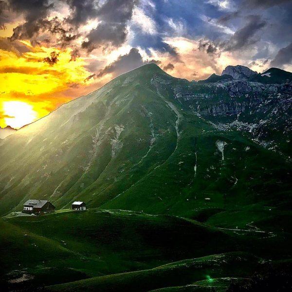 • 🤍 H•A•P•P•Y ☀️ W•E•E•K•E•N•D 🤍 #biberacherhütte #lechquellenrunde #sunset #feierabend #warthschröcken #großeswalsertal #bregenzerwald ...
