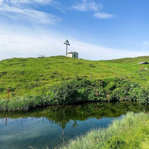 Zu einem Urlaub in Damüls gehört ein Ausflug zur Stofel-Kapelle unbedingt dazu ⛪ Atemberaubende Natur und eine...