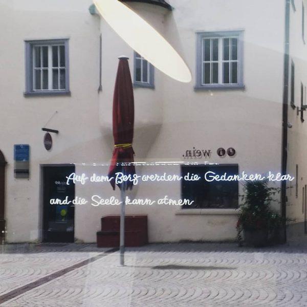 #bludenz #spiegelung #souvenirshop #berg @bludenzstadt @alpenstadt_bludenz