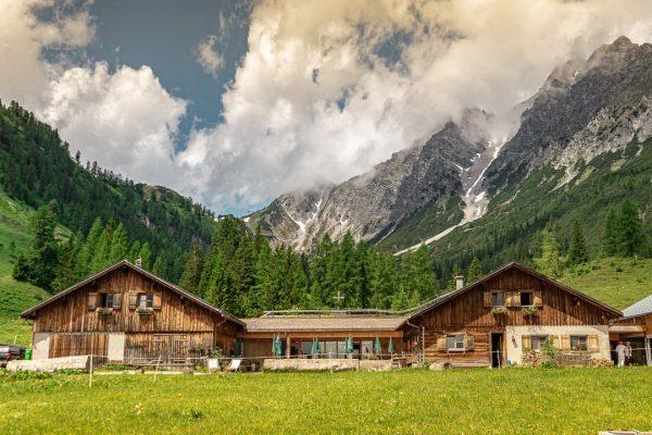 Hüttenglück in den Bergen. Kennst du die Alpe Parpfienz? Sie liegt im ❤en ...