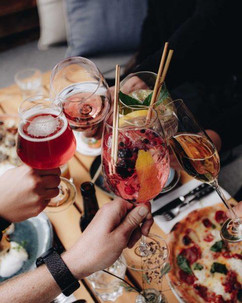 Das Wochenende ausklingen lassen🥂 What is your favourite summer drink at Schneggarei? Let us know, we're curious👇🏼...