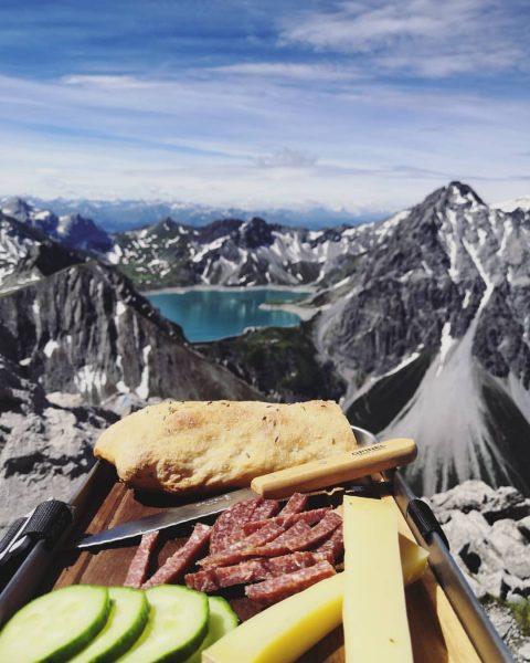 B R O T Z E I T 🧀🥩🥖 . . . #gipfeljunkie#vorarlberg#berge#alpenliebe#bergliebe#bergwelten#bergsee#alpen#alps#mountains#mountainview#instanature#naturegram#hiking#visitaustria#mountainstories#smellofthemountain#rsaoutdoor [unbezahlte Werbung durch Nennung...