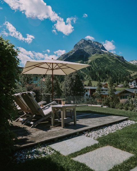 Einer unserer Lieblingsplätze in unserem Garten mit Blick auf unseren Hausberg — das ...