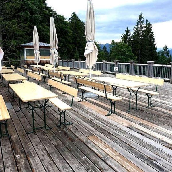 Unsere neuen Tische und Bänke freuen sich auf euren Besuch... das Muttersbergteam natürlich ...