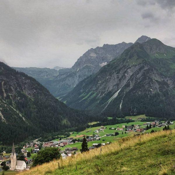 Blick auf Mittelberg und auf den Widderstein, Wanderung entlang dem Höhenweg von Hirschegg ...