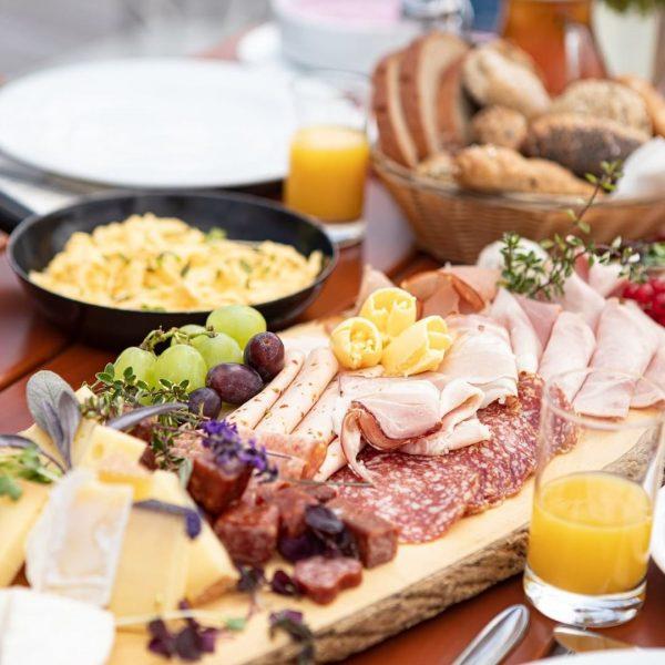 Gibt es was Schöneres als ein Bergfrühstück mit regionalen Köstlichkeiten inmitten der traumhaften Bergwelt? 🥐☕⛰ Das leckere...