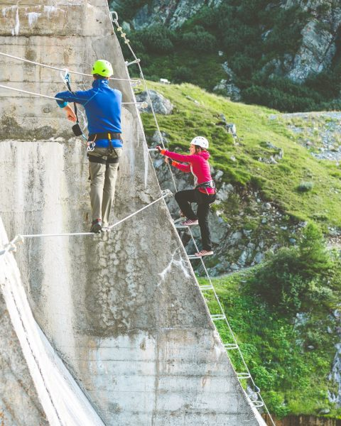 Direkt an der Staumauer die Aussicht auf die umliegende Bergwelt genießen. ⛰ Hast ...