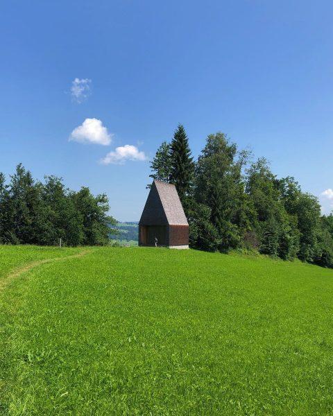 #bernardobader #bernardobaderarchitekten #minimalarchitecture #holzbau #woodenarchitecture #lourdeskapelle #bregenzerwald #krumbach #travel #alps #alpmountains #kapelle #kapellesalgenreuthe ...