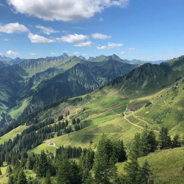Egal welche Bergbahn, der Ausblick auf die Alpen ist immer schön #kleinwalsertal #walmerdingerhorn ...