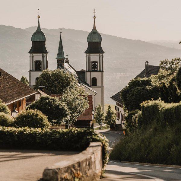 Kleines Dorf mit großem Panorama. #mesmerhaus #auszeit #aussicht #seeblick #urlaubimbaudenkmal #bodensee #baumeisterjuergenhaller #urlaubsarchitektur ...
