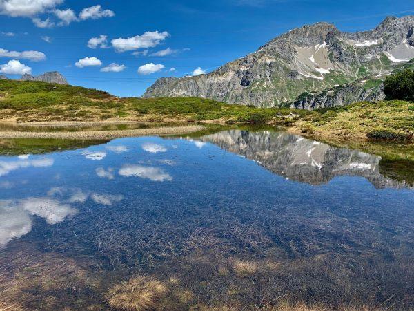 Berge, Seen, atemberaubende Ausblicke – so einfach ist der Arlberg beschrieben. Urige Almhütten, ...
