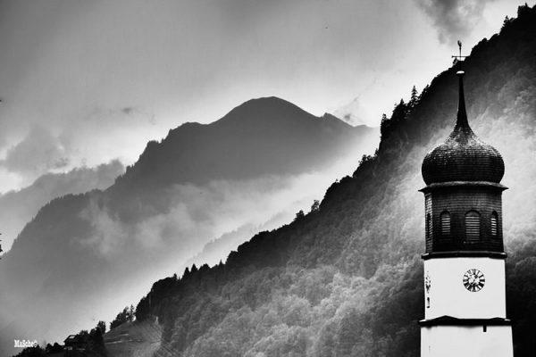 Klösterle am Arlberg schönster Kirchturm schwarz/weiß von der lieben @duesselsicht in Szene gesetzt. ...