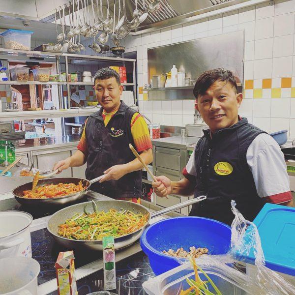 Gestern hatten wir das Glück von unseren Nepalesischen Köchen bekocht zu werden. . ...