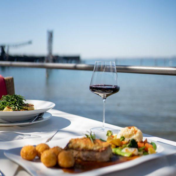 It's wine o'clock💙 Auf ein tolles und erholsames Wochenende, ihr Lieben! #visitbregenz #seebühne ...