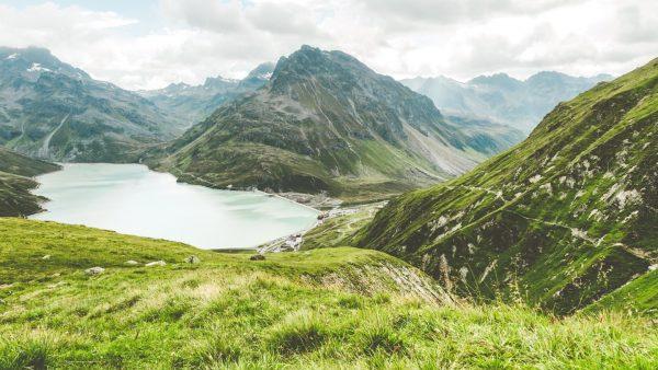 Der Silvrettasee und die umliegenden Berge sorgen für eine unschlagbare Kombination. ⛰ Stimmst ...