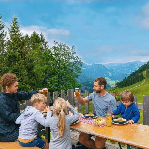 ein:keh:ren 🍻 Genießen Sie während einer Wanderung in Schwarzenberg, auf einer der bewirtschafteten ...