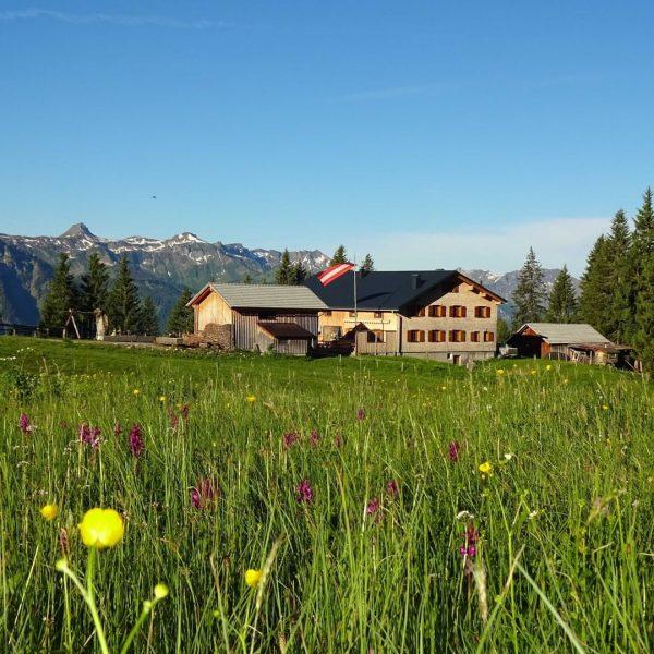 Bei romantischer Abendstimmung in den Bergen lädt Familie Eberle von der Alpe Kassa ...