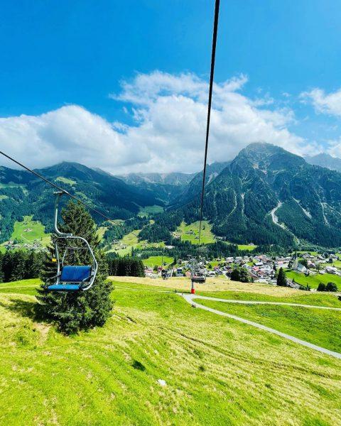 Rauf und runter mit unserer Bergbahn inklusive 👌🏻 . . . #bergbahn #sessellift #sommer #sommerferien #okbergbahnen #kleinwalsertal...