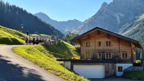 Tag der Blasmusik Harmonie #Mittelberg Sonntagmorgen in den Bergen. #Kleinwalsertal #Österreich #musik #muziek #musi #berge Kleinwalsertal Österreich