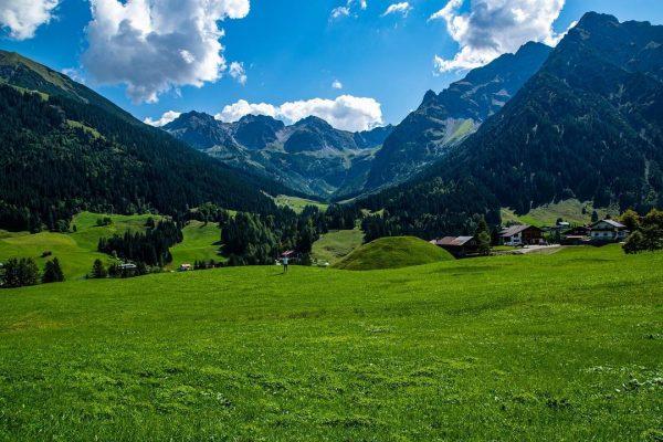 Just me and the mountains . . . . #mountains #sunnyday #berge #kleinwalsertal #allgäu #alpen #berge #paradise...
