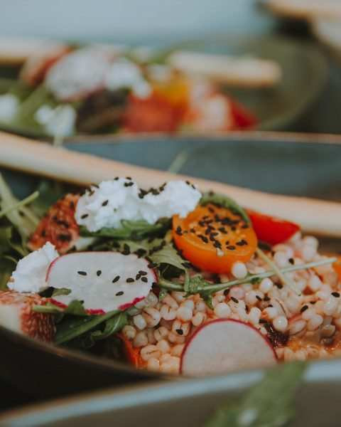 Das heutige Menü: Salatbowl , französischer Frischkäse, Moosbeeren, Tomaten und Feigen Rinderhüftsteak an ...