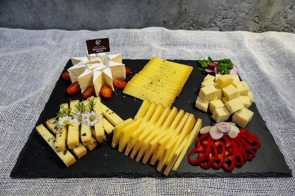 """""""Alles Käse"""" lautet das Motto für den heutigen Wochenmarkt auf dem Egger Gemeindeplatz. ..."""