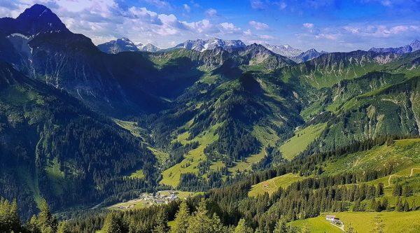 Dort, wo alle Straßen enden. Blick auf Baad (Kleinwalsertal). #kleinwalsertal #mittelberg #walmendingerhorn #baad #endoftheroad #dailyallgäu Walmendinger Horn