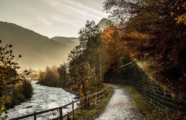 Herbstspaziergänge entlang der Bregenzerach in Au-Schoppernau. 🍂 📸 Emanuel Sutterlüty [@emanuelsutterluety] #herbst #herbstspaziergang ...