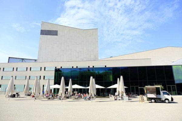 Dieses Wochenende ist das Eislädele mit Alfredo vor dem Bregenzer Festspielhaus. Da die ...