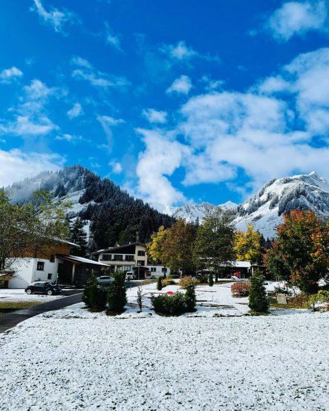 When autumn meets winter 😁 . . . #autumn #autumnvibes🍁 #snow #mountains #herbst #schnee #kleinwalsertal #bergleben #österreich...