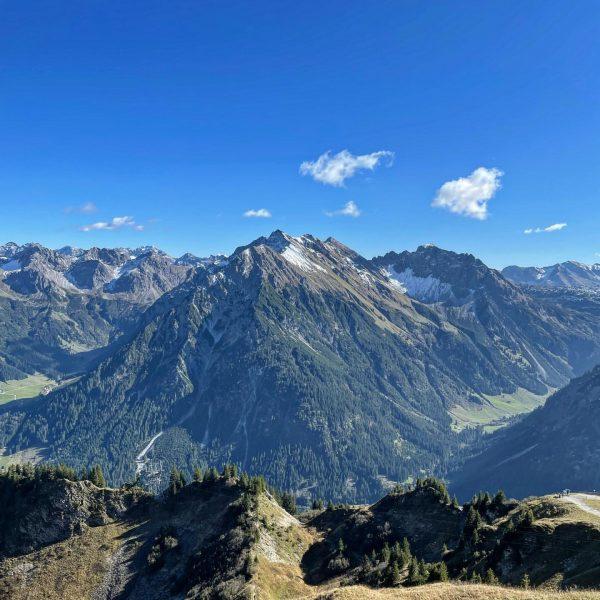 Sunday chill⛰#vorarlberg #mountains #alps #view #mood #sunday #walmendingerhorn #mittelberg #selfie #austria #visitvorarlberg #dornbirn #bregenz #feldkirch #bludenz #bluesky...
