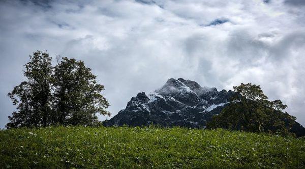 Weiße Bergspitzen! Langsam ist es wieder soweit: oben weiß, unten grün. Und herbstlich ...