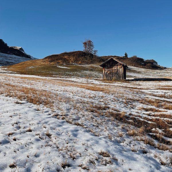 Herbst in Oberlech 🍂 Wir wünschen euch einen schönen Start ins Wochenende 🌞 ...