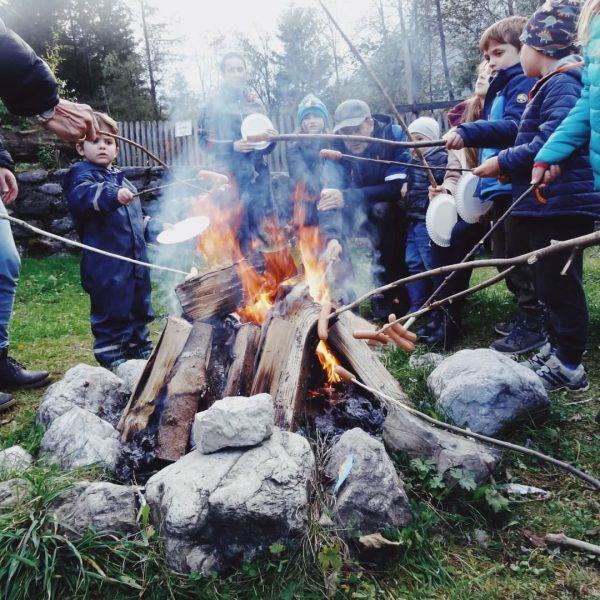 Feuer machen. Gemeinsam die Flammen beobachten. Stockbrot grillen. Die Kraft des Feuers fasziniert ...