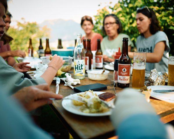 Wimmelbild zum Herbstende: Wieviele Egger-Getränke zählst du? 🍺🏔🍺🏔 #wimmelbild #schätzfrage #findwaldo #wettendass #bruegel ...