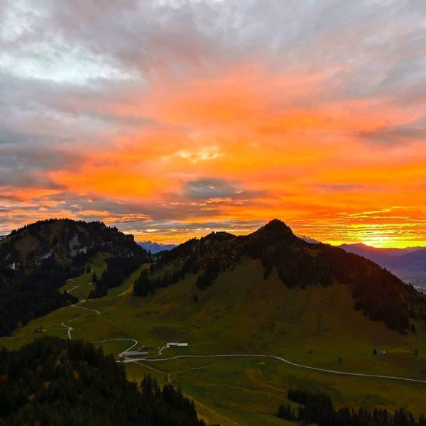 🔸Staufenspitze🔸 Mit unter oana vu da schönsta Sonnenuntergänge des Johr 🧡 . . ...